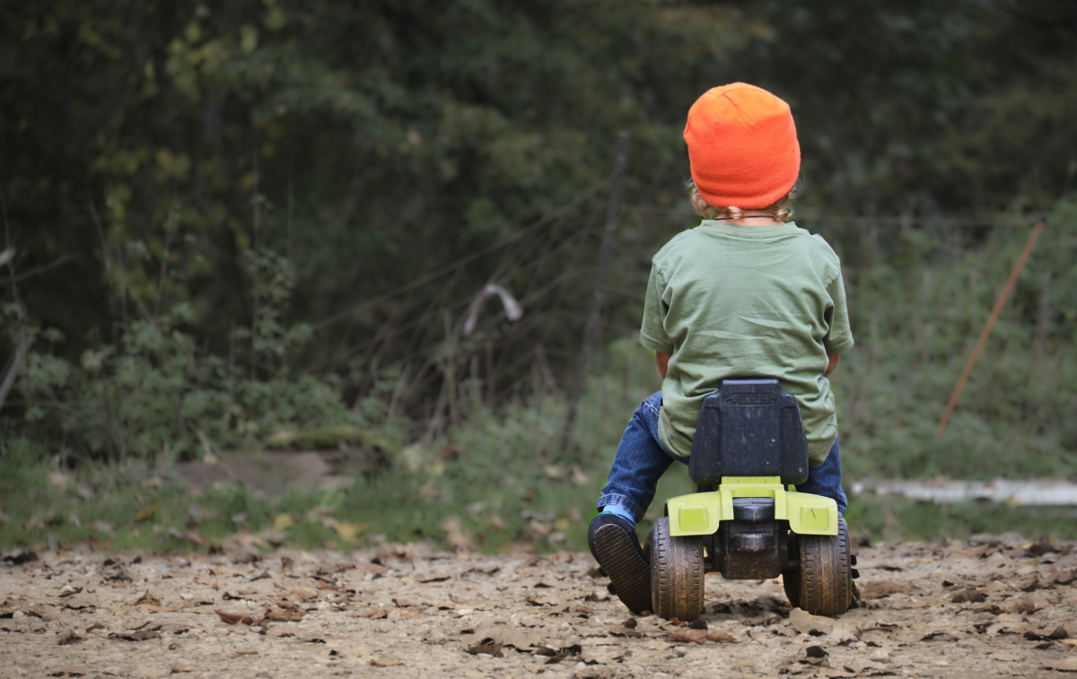 Jedes Kind ist wertvoll_Kind auf Traktor